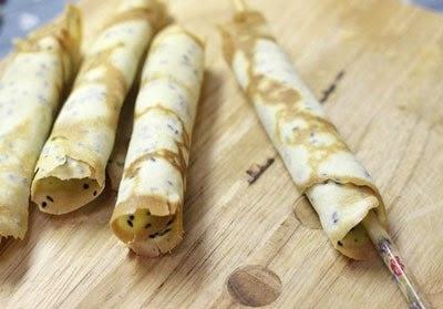 Cuộn bánh vừng khi bánh còn nóng