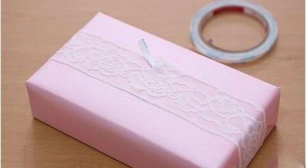Đặt sợi dây đăng ten dọc theo chiều dài của hộp