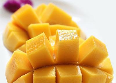 Sau đó cắt từng miếng nhỏ cho trái xoài