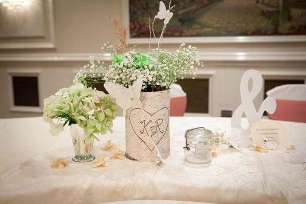 Bàn gallery đám cưới handmade bằng bình hoa đơn sắc