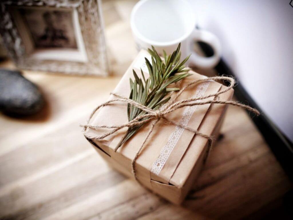 Cách gói quà bằng giấy kraft siêu đẹp, tiết kiệm và cực kỳ ấn tượng