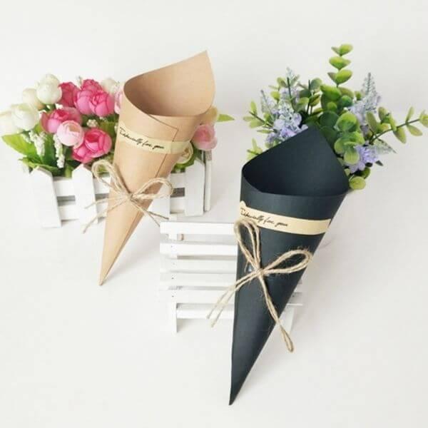 Gói hoa cùng với giấy Kraft