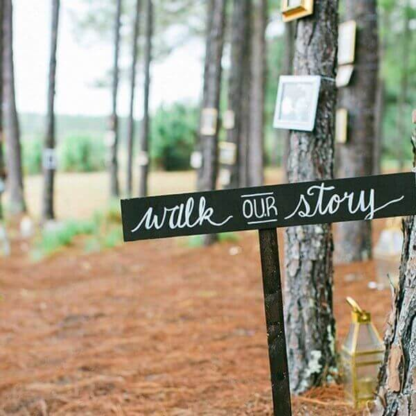 Trang trí đám cưới handmade bằng bảng hướng dẫn lối đi