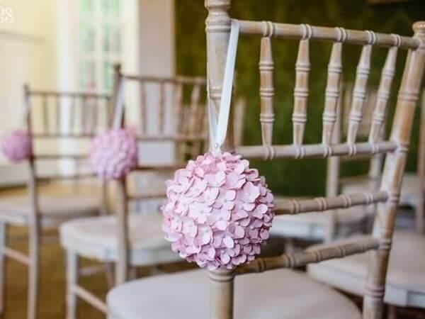 Trang trí đám cưới handmade với quả cầu hoa