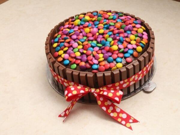 Mẫu bánh sinh nhật đẹp đắp những hạt socola nhiều màu